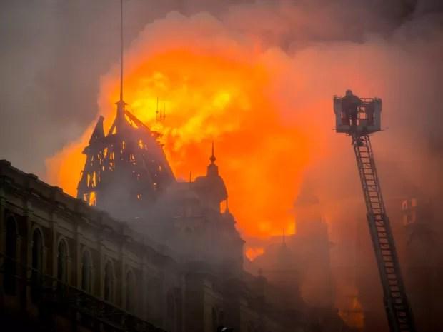 Bombeiros combatem chamas no prédio do Museu da Língua Portuguesa, no Centro de SP, nesta segunda (21) (Foto: Cris Faga/Fox Press Photo/Estadão Conteúdo)