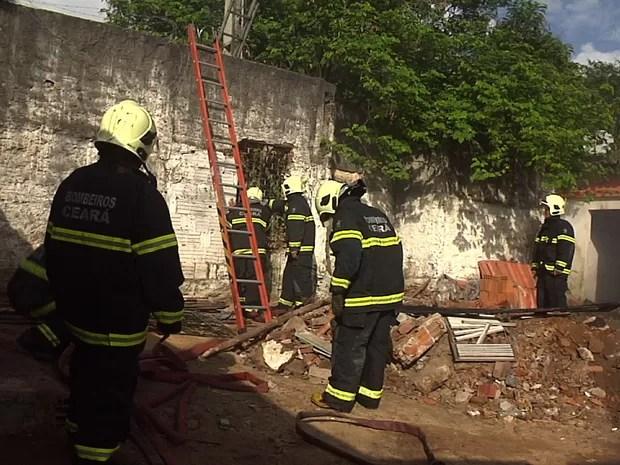 Bombeiros controlaram as chamas de incêndio em venda de fogos de artifício (Foto: TV Verdes Mares/Reprodução)