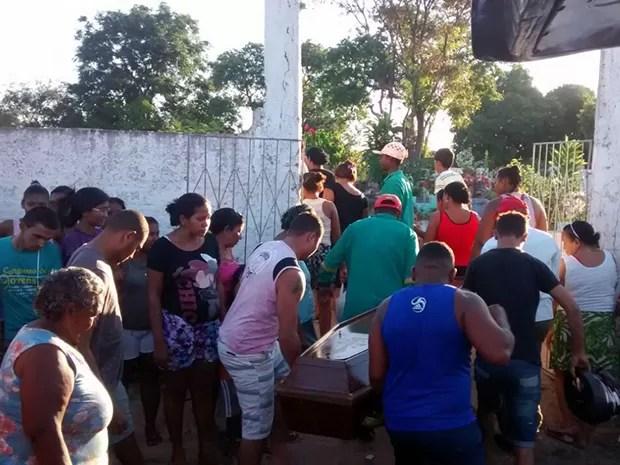 Sepultado o corpo de jovem de 18 anos que morreu após aplicar hidrogel no pênis (Foto: Acélio Trindade /  TV Mirante)