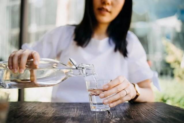 A hidratação é fundamental para manter um estilo de vida saudável — Foto: Getty Images