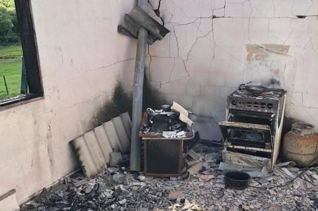 Casa ficou destruída com o incêndio — Foto: Divulgação/Polícia Civil