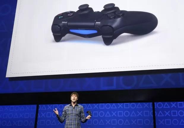 Novo ontrole 'DualShock 4' é apresentado pelo arquiteto de sistemas do PlayStation 4, Mark Cerny. (Foto: Reuters)
