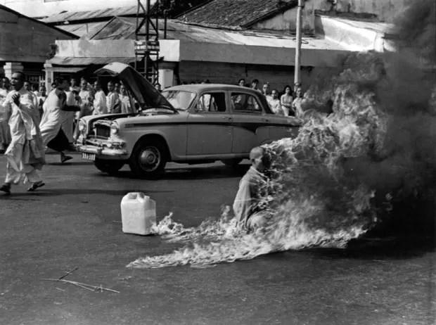 A imagem do monge em chamas registrada por Browne gerou repercussão em todo o mundo (Foto: Malcolm Browne/AP/Arquivo))
