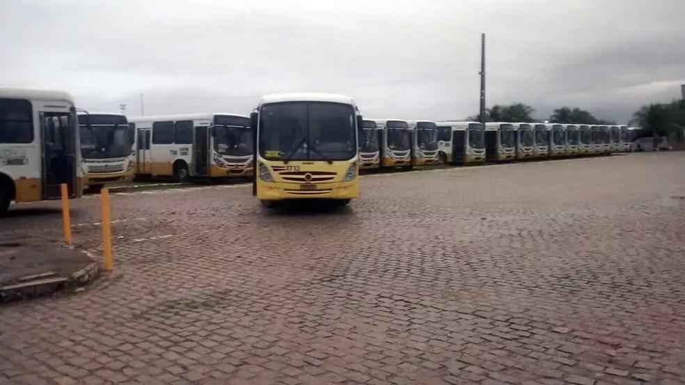 Ônibus não deixaram as garagens na manhã desta sexta em Natal (Foto: Ricardo Paulo )
