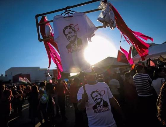 """Petistas distribuem camisetas """"Lula preso no coração do povo"""" (Foto: Adriano Machado/ÉPOCA)"""