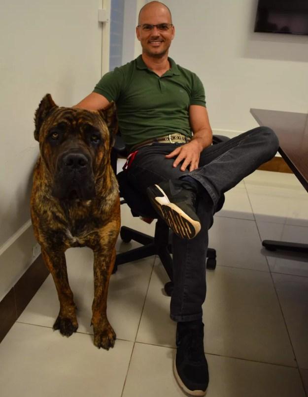 O Cane Corso italiano de 55 quilos impressiona pelo tamanho, mas seu dono, o diretor industrial Gustavo Bocato, diz que ele ajuda na integração  (Foto: Fabiana Assis/G1)