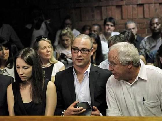 Irmãos de Oscar Pistorius, Aimee e Carl, e o pai Henke aguardam o reinício da audiência em pretória. (Foto: Siphiwe Sibeko / Reuters)