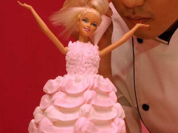 Cchef faz um bolo temático da boneca Barbie, durante a cerimônia de abertura de um restaurante temático (Foto: AFP PHOTO / Sam Yeh)
