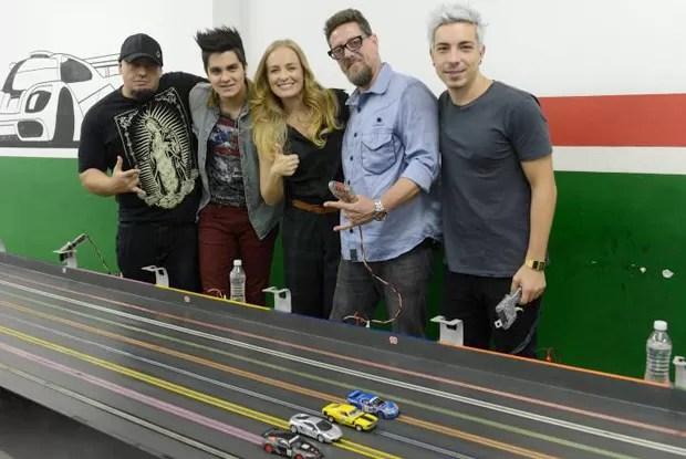 Digão, Luan Santana, Angélica, Canisso e Di Ferrero se divertem em autorama (Foto: Divulgação / Rede Globo)
