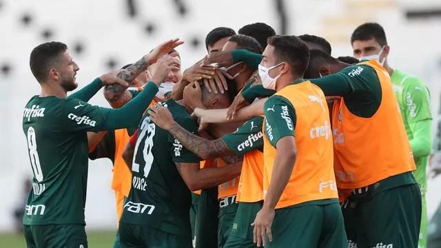 Jogadores do Palmeiras comemoram o gol de Willian contra a Ponte Preta
