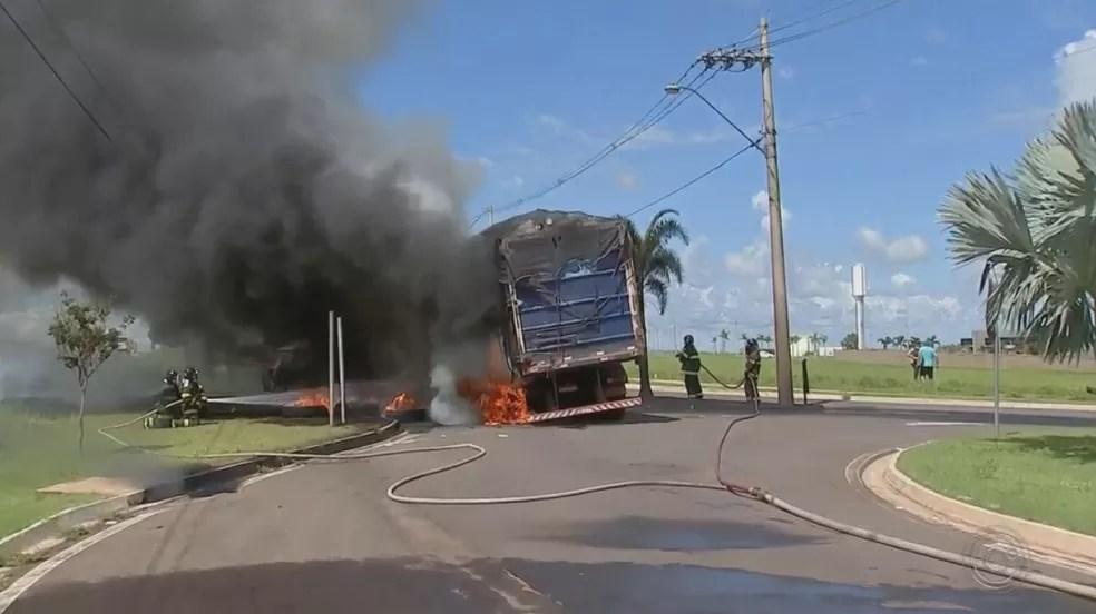 Caminhoneiro conseguiu pular da cabine e teve ferimentos leves em Marília — Foto: Reprodução/TV TEM