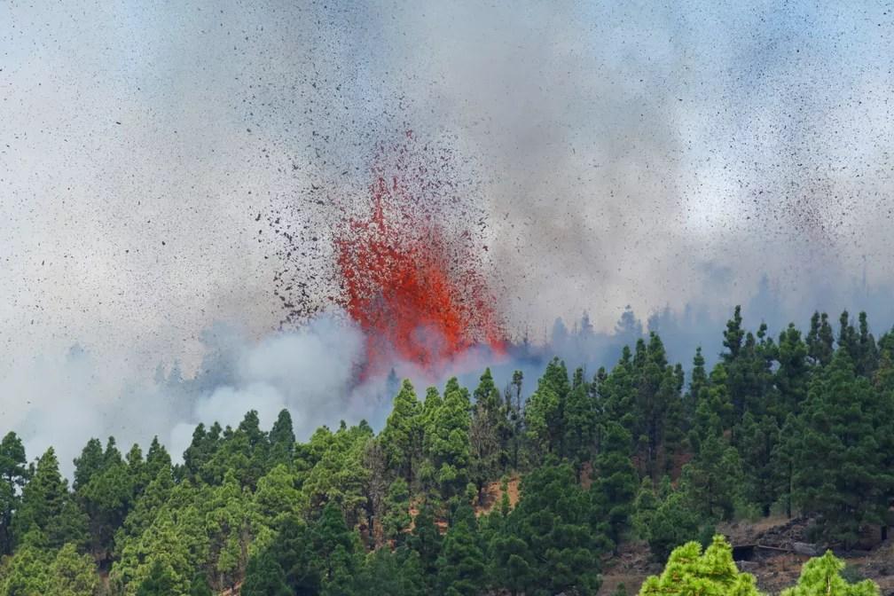 Lava e fumaça são vistas após a erupção de um vulcão no parque nacional Cumbre Vieja em El Paso, nas ilhas Canárias de La Palma, em 19 de setembro — Foto: Borja Suarez/Reuters