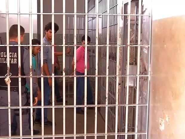 Mulher e seis integrantes foram presos em Rondonópolis (Foto: Reprodução/TVCA)