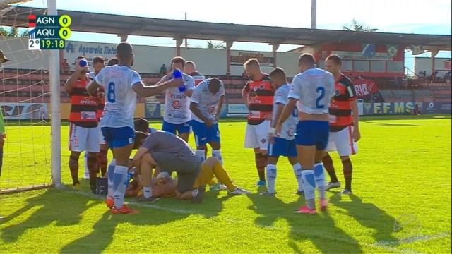 Goleiro Jota, do Aquidauanense, recebe atendimento médico. Jogo parou bastante nas duas etapas.  — Foto: TV Morena/Reprodução