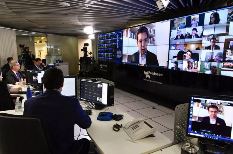 Senadores fazem sessão virtual para votar projeto que prevê R$ 600 para trabalhadores informais durante pandemia do coronavírus — Foto: Waldemir Barreto/Agência Senado