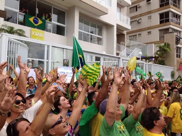 Grupo se reúne em frente a triplex investigado em Guarujá (Foto: Mariane Rossi / G1)
