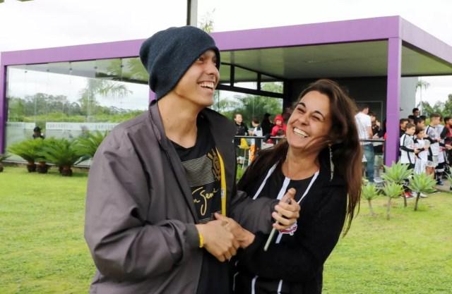 Matheus e a mãe, Sandra, abriam um sorriso cada vez que passava um jogador do Corinthians — Foto: Danilo Sardinha/GloboEsporte.com