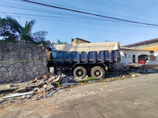 Caminhão atinge muros de casas em Manaus — Foto: Eliana Nascimento/G1