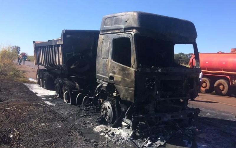Motociclista morreu após ser atropelado e arrastado por caminhão em Miguelópolis, SP — Foto: Fábio Reis/Divulgação