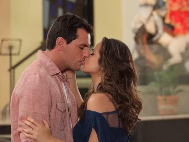 Casal se beija ardentemente em reencontro (Foto: Salve Jorge/TV Globo)