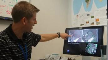 O pesquisador Douglas Morton analisa dados de satélite de atingidas pelos incêndios (Foto: BBC Mundo)