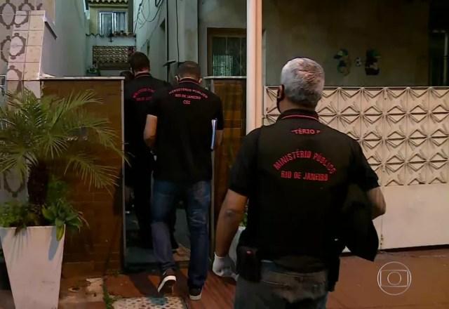 Agentes do Ministério Público fazem buscas em uma casa de Bento Ribeiro, na Zona Norte, que consta na relação de bens do presidente Jair Bolsonaro — Foto: Reprodução