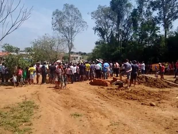 Moradores cercaram corpo do prefeito de Elias Fausto, Laércio Betarelli (Foto: Reprodução/ EPTV)