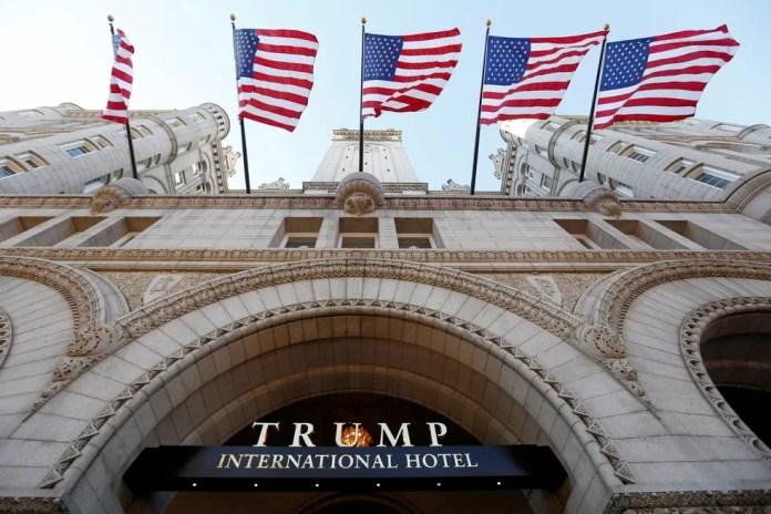 Imagem de arquivo mostra a entrada do Trump International Hotel em Washington, no dia de sua abertura — Foto: Kevin Lamarque/Reuters