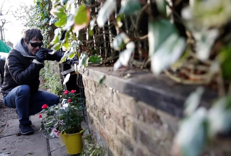 Homem chora em frente à casa de George Michael, que morreu aos 53 anos. (Foto: Neil Hall/Reuters)