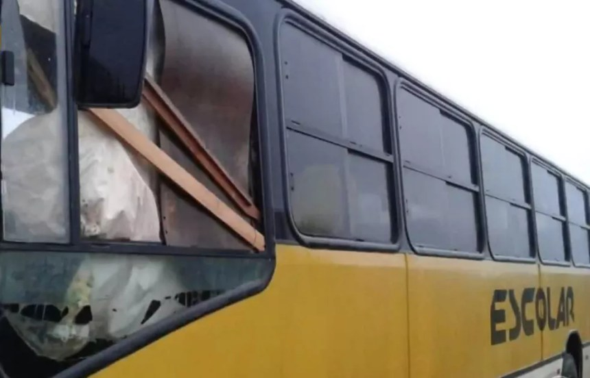 Ônibus com lençol no lugar de vidro em Santana do Livramento (Foto: Reprodução/RBS TV)