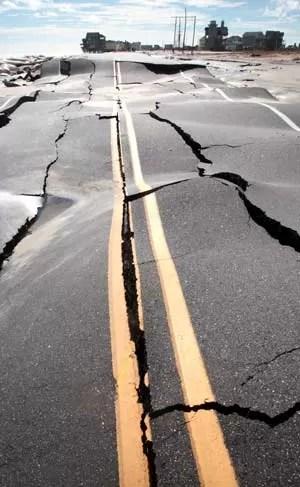 Rodovia à beira-mar em Rodanthe, Carolina do Norte, danificada nesta terça-feira (30) pela passagem de Sandy (Foto: AP)