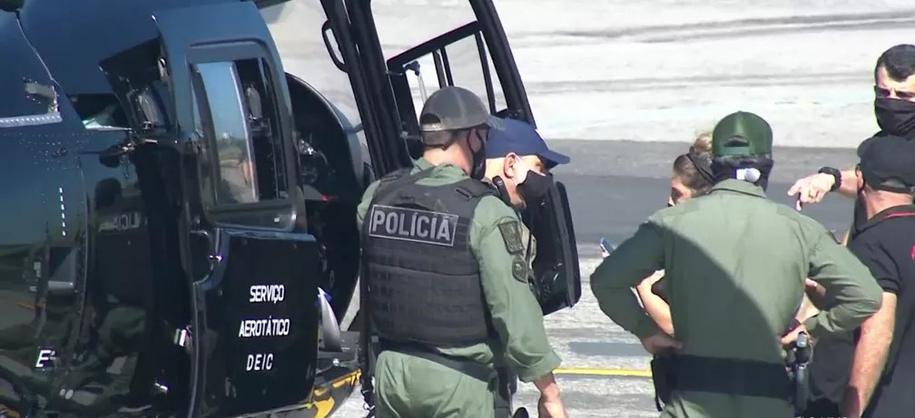 Fabrício Queiroz recebe voz de prisão ao desembarcar no Aeroporto de Jacarepaguá — Foto: Reprodução/TV Globo