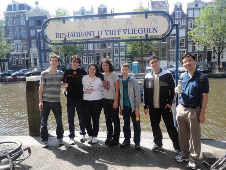 Equipe da IMO 2011 em Amsterdã: havia duas mulheres na época, Deborah e Maria Clara (Foto: Arquivo pessoal)