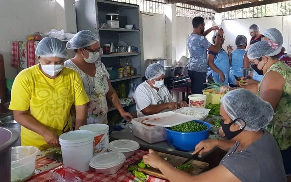 Voluntários preparam lanches e marmitas para policias que trabalham há oito dias em busca de Lázaro Barbosa, em Cocalzinho de Goiás — Foto: Jonathan Moreira/TV Anhanguera