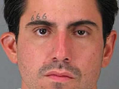 Acusado de crime sexual, o americano Jason Richard Budrow tatuou na testa 666, que é conhecido como o número do satã.  (Foto: AP)