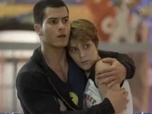 Duca protege Karina (Foto: Malhação / TV Globo)
