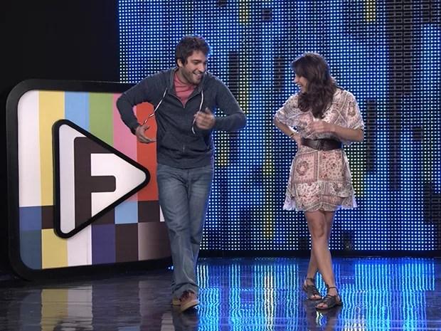 Davi e Manu improvisam uma dancinha de gol, o desafio 10 do Filma-e! (Foto: Parker TV)