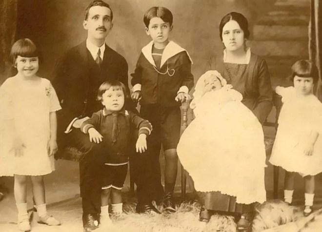 Irmã Dulce, ainda criança, à esquerda da foto, com a família. — Foto: Reprodução/Site da Osid