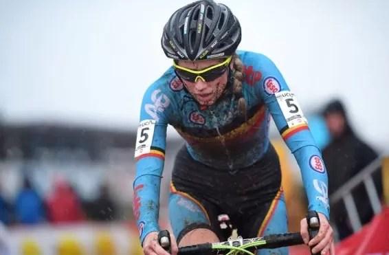 Femke van den Driessche competindo em prova do mountaiin bike: doping tecnológico e aposentadoria voluntária