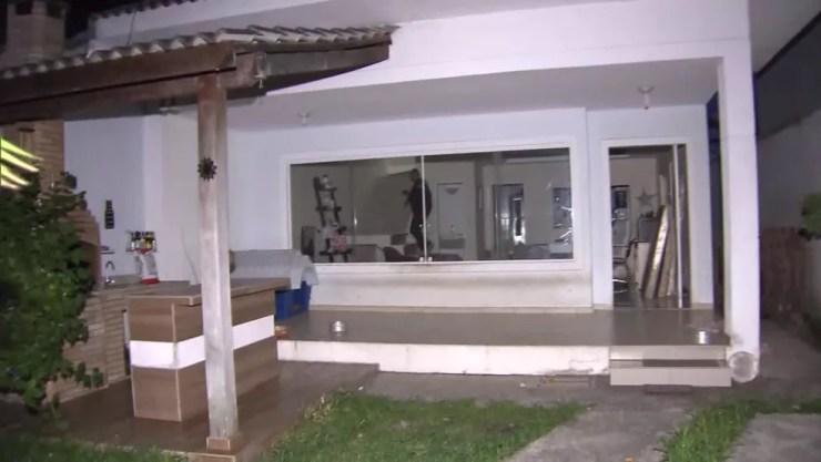 Casal preso no início da manhã em uma casa em Vargem Grande realizavam fraudes bancárias pela internet — Foto: Reprodução / TV Globo