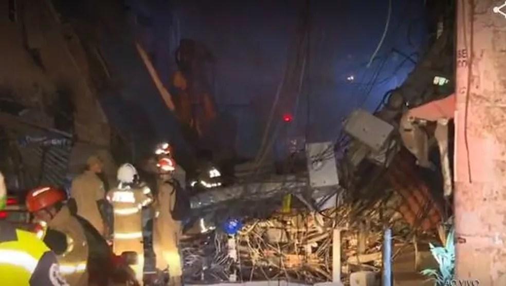 Escombros após desabamento de prédio na Zona Oeste do Rio — Foto: Reprodução / TV Globo