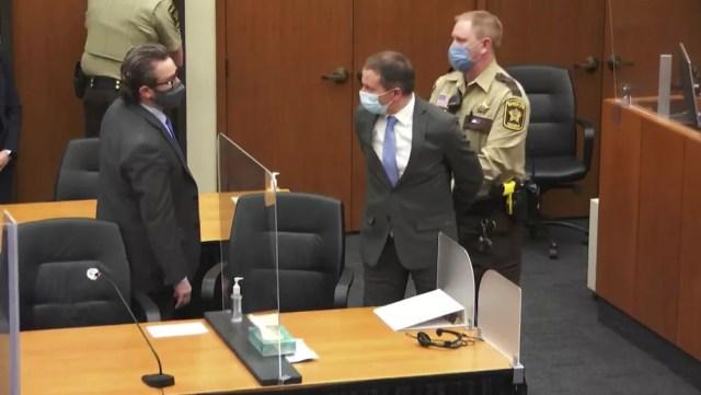 Ex-policial Derek Chauvin é algemado após júri o decretar culpado pela morte do ex-segurança negro George Floyd em Mineápolis em 2020, foto de 20 de abril de 2021 — Foto: Court TV/Pool/AP