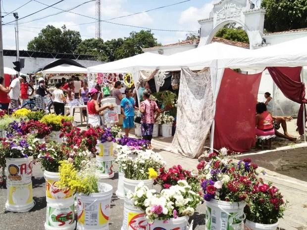 Nesta sexta-feira (2), Dia de Finados, diversas pessoas visitaram cemitérios em João Pessoa para prestar homenagem aos parentes e amigos que já se foram (Foto: Walter Paparazzo/G1)