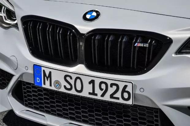 O modelo recebe grades dianteiras com acabamento em preto brilhante e sigla do esportivo (Foto: Divulgação)
