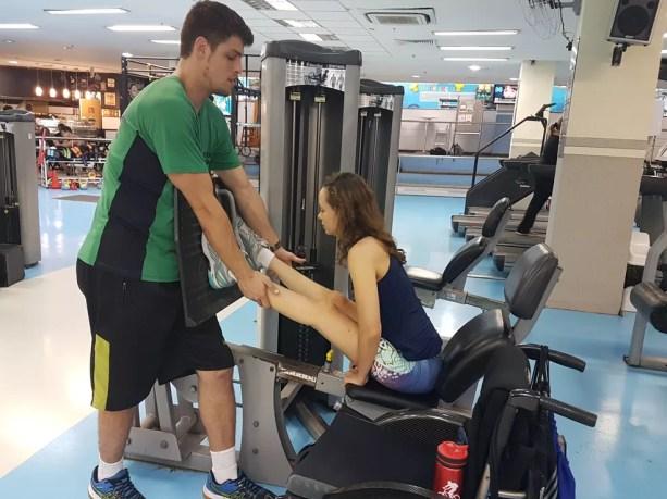 Camila consegue gerar força para empurrar o leg com o tronco; exercício é indicado para manter o mínimo de trabalho nas pernas dela (Foto: Renata Domingues)