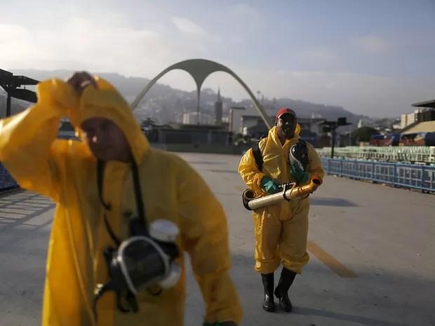 Funcionários da prefeitura do Rio borrifam inseticida contra mosquitos no Sambódromo (Foto: Pilar Olivares/Reuters)