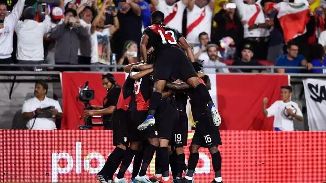 Peruanos celebram gol de Abram contra o Brasil