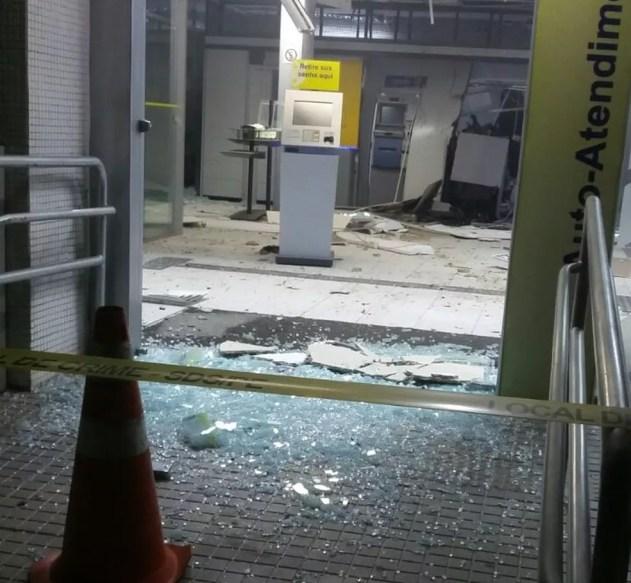 Parte da agência ficou destruída após a ação dos criminosos (Foto: Divulgação/Polícia Civil)