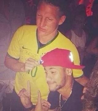 Schweinsteiger e Neymar camisa Brasil (Foto: Reprodução / Twitter)