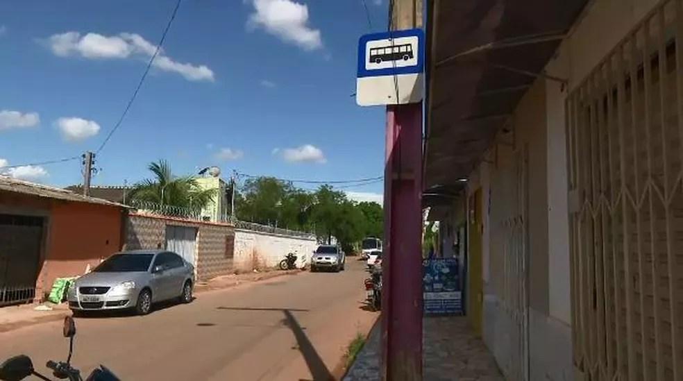 Pontos são sinalizados com placa, mas não possuem estrutura no bairro Conquista  (Foto: Reprodução/Rede Amazônica Acre )